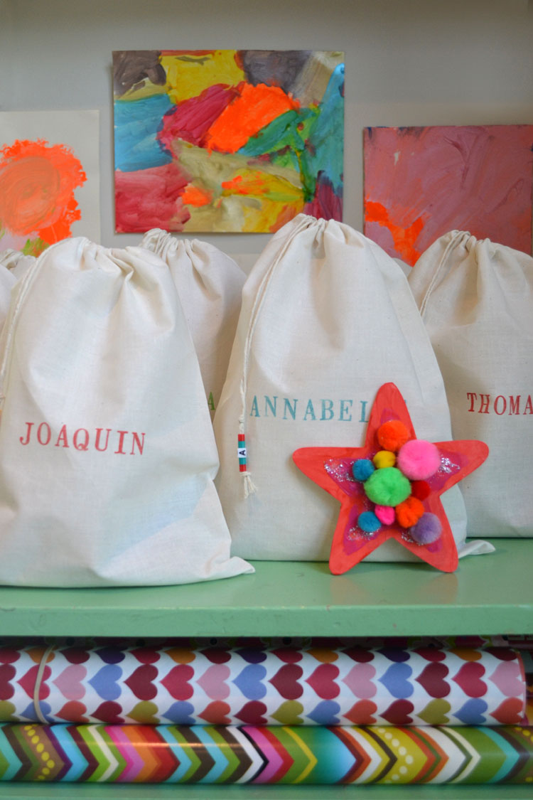 make this low-cost art kit bag for a birthday party favor