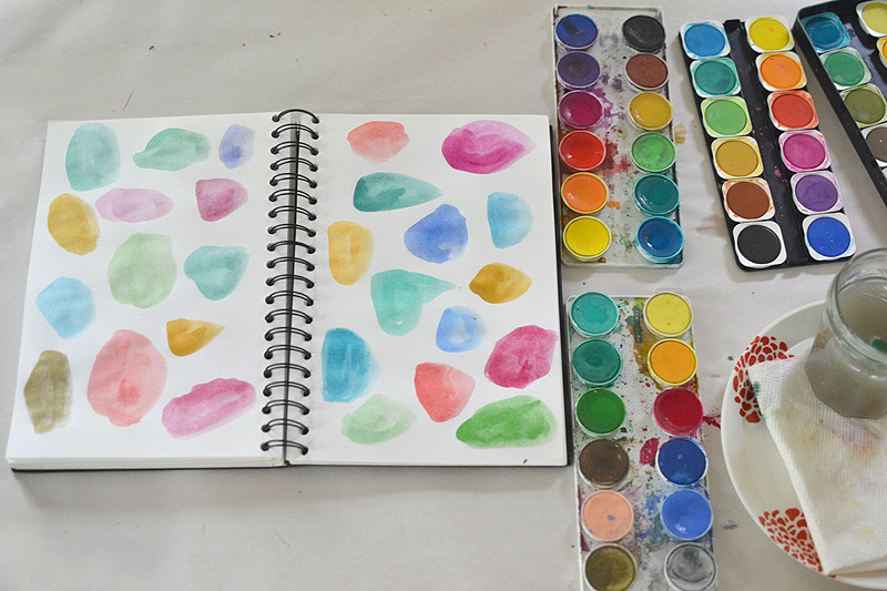 Start an art journal with easy art prompts! Great for children and grown-ups who want to tap into their creative energy.