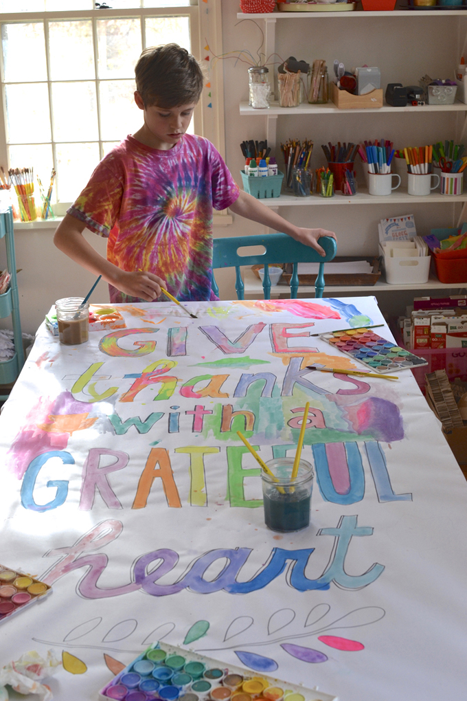 Make a collaborative painted banner for Thanksgiving day.